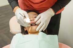 歯の治療中の子供